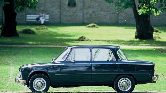 Alfa Giulia z dorpellijst met embleem c stijl-2